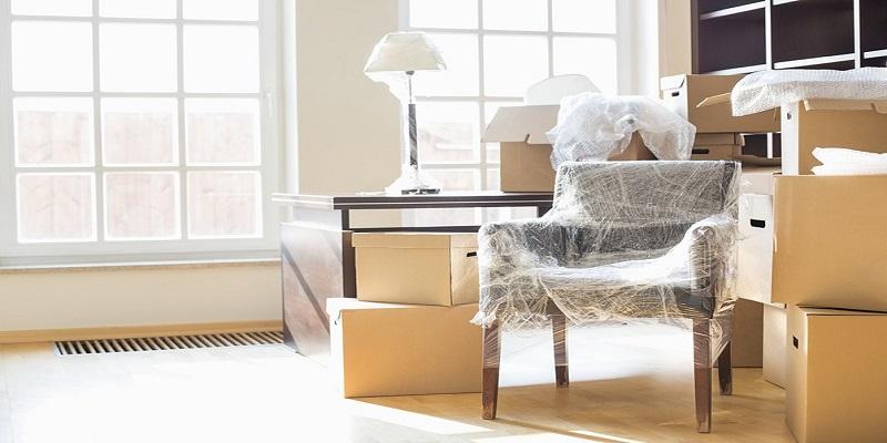 Imballaggio di mobili per il trasloco di un'abitazione
